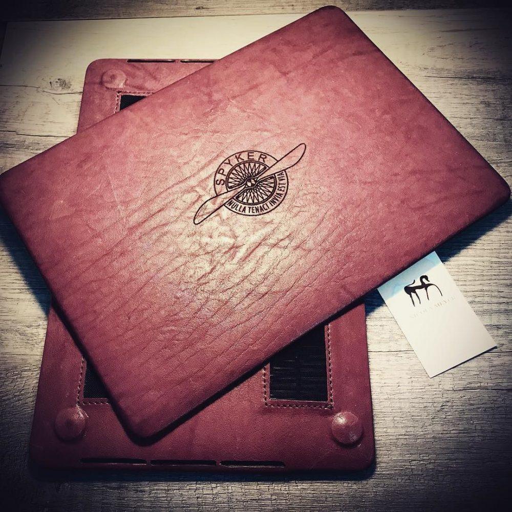 Coque MacBook 13 2017 A1706 A1708 En cuir tanné végétal italien lavé. Couleur BOURGOGNE, Nicola Meyer